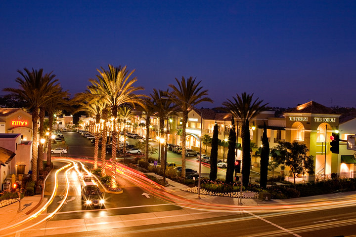 Shopping in Carlsbad provides the enticing combination of upscale offerings and a casual atmosphere. Walk tree-lined streets to discover art galleries, garden shops, jewelers, clothing stores, boutiques and a farmer's market with goodies galore.